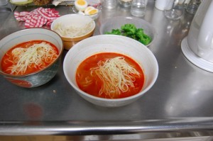 麺をスープにドーン